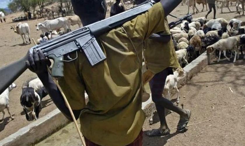 Um grande número de homens armados cercaram a casa do pastor. (Foto: Reprodução)