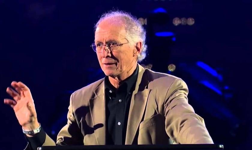John Piper diz que todo sofrimento causado por satanás está debaixo da autoridade de Deus. (Foto: Reprodução)