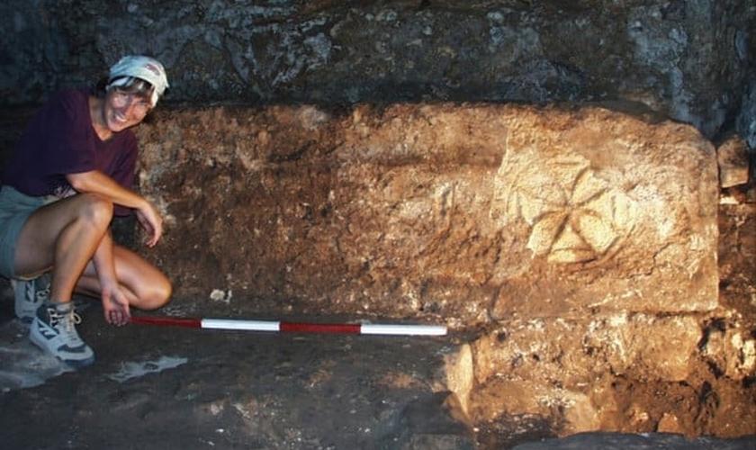 Arqueóloga mede parte da rede de cavernas que pode ser onde Jesus transformou água em vinho. (Foto: Pen News)