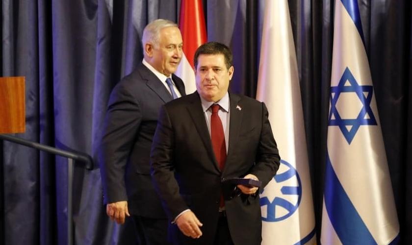 Primeiro-ministro israelense Benjamin Netanyahu e ex-presidente paraguaio, Horacio Cartes, durante a transferência da embaixada do Paraguai para Jerusalém. (Foto: EPA)