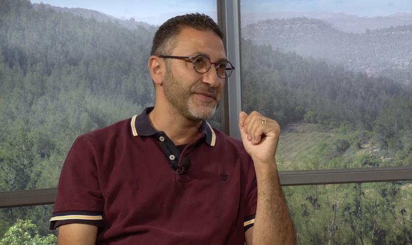 Bassam Adranly, que era comunista e ateu, se converteu após duas semanas sonhando dia e noite com Jesus. (Foto: Revive Israel TV)