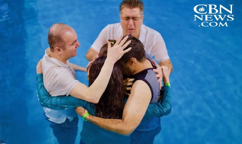 Imagem ilustrativa. Pastor batiza família iraniana, em meio a perseguição no país. (Foto: CBN News)