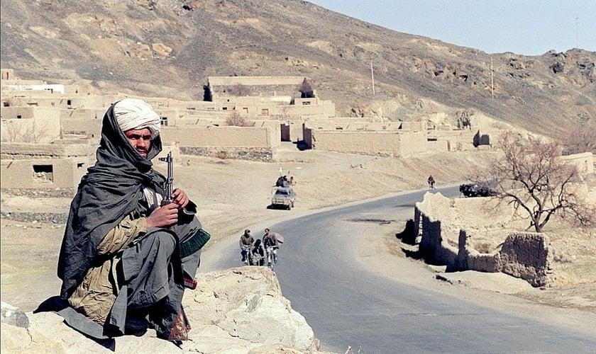 Afegão militante do Talibã guarda estrada ao sudeste de Cabul, em 1995. (Foto: AF)