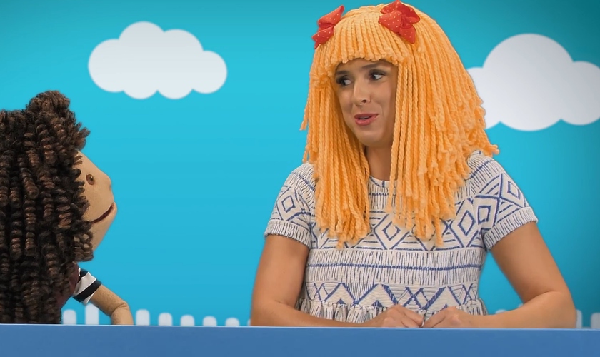 Nos vídeos, uma boneca chamada Julia passa por uma transição e se transforma em um boneco de nome Julien. (Foto: Reprodução).