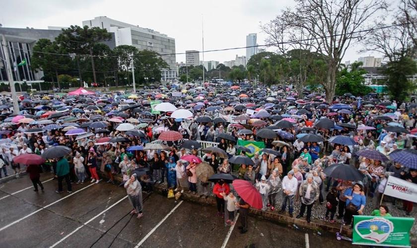 Manifestantes se reuniram em frente ao Palácio Iguaçu, no Centro Cívico de Curitiba. (Foto: Fernando Zequinão/Gazeta do Povo)