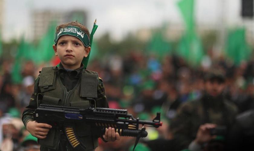 Durante os ataques, as crianças são usadas pelos terroristas palestinos como escudos humanos e alvos militares. (Foto: Israel Resource Review)