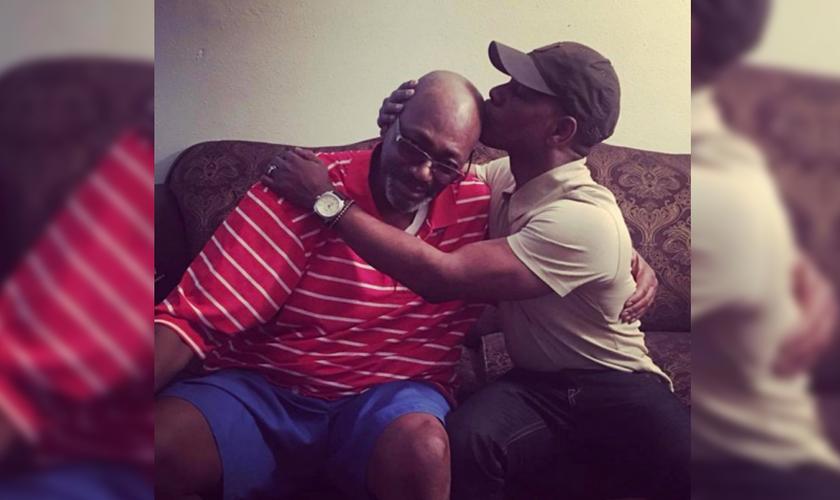 Na publicação, uma foto de Franklin beijando a cabeça raspada de seu pai. (Foto: Reprodução)