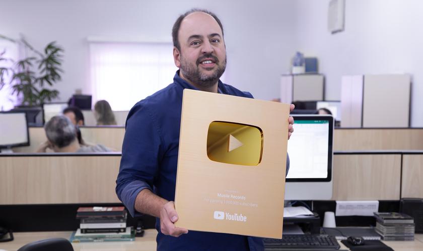 Ricardo Carreras, CEO da gravadora Musile Records, segura a placa de 1 milhão de seguidores do canal do YouTube. (Foto: Divulgação).