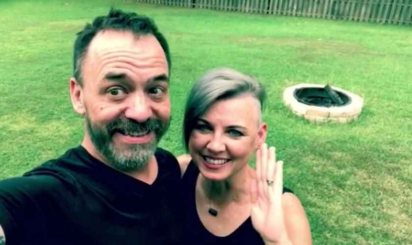 Jason Lee anunciou a cura do câncer ao lado de sua esposa, Regina. (Foto: Reprodução/Instagram)