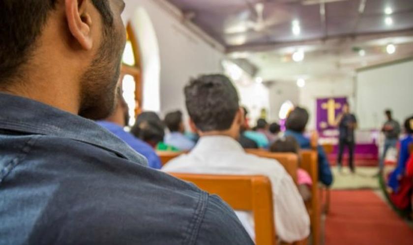 Cristãos participam de culto em igreja da Índia. (Foto: World Watch Monitor)