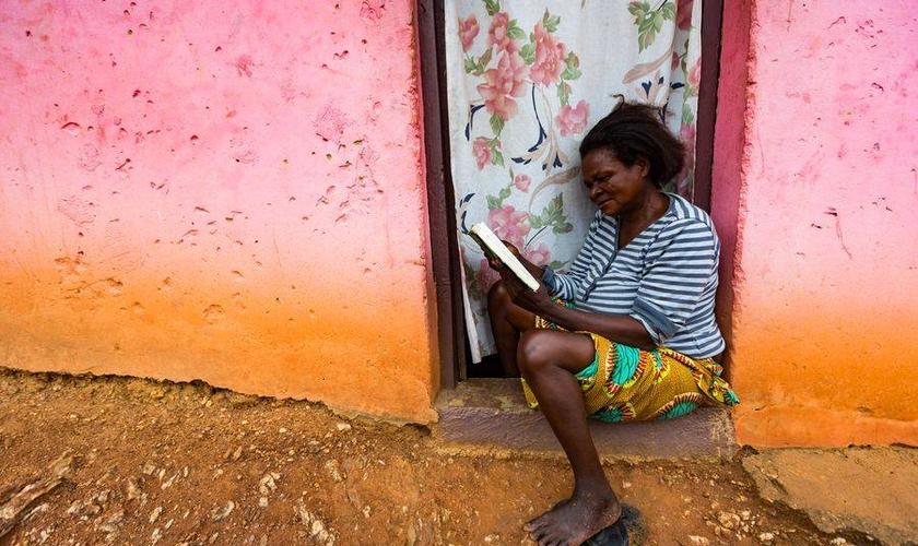 Mulher lendo a Bíblia. Mais de 1,5 bilhão de pessoas ainda não têm a Bíblia em seu idioma. (Foto: Wycliffe Bible Translators)