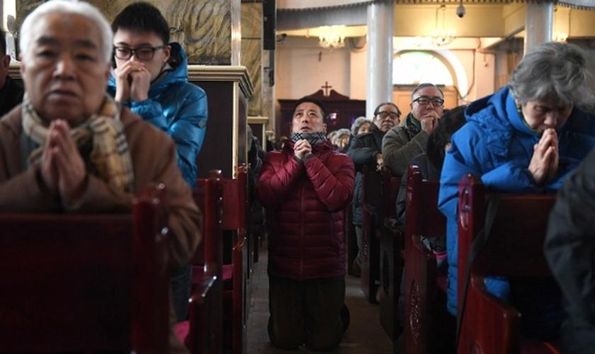 Cristãos participam de culto na China. (Foto: Greg Baker/AFP)
