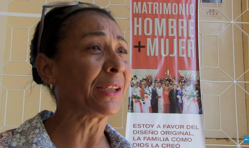 A cristã Cándida Palomina Núñes afirma que homossexuais não podem procriar. (Foto: Reprodução).