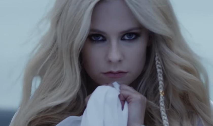 Avril Lavigne contou que começou a compor a canção após clamar a Deus por ajuda durante sua luta contra a doença. (Foto: Reprodução)