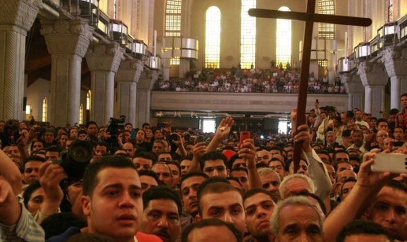 Centenas se reúnem em igreja e lamentam a decapitação de quatro cristãos no Egito. (Foto: Reprodução)