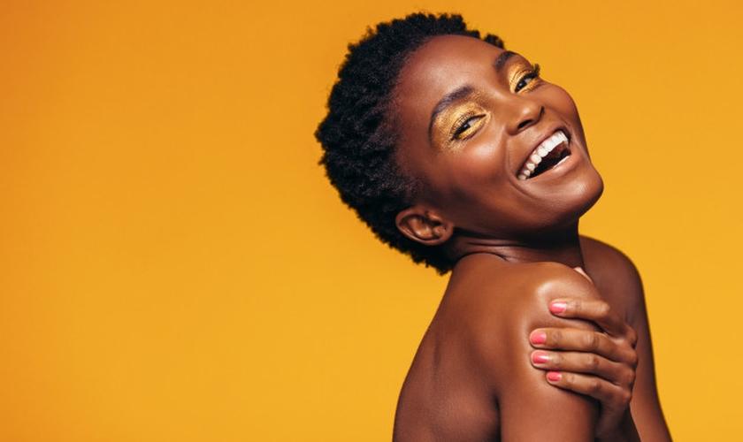Combinando produtos adequados e cuidados diários, é possível a maquiagem durar o dia todo. (Foto: Jacoblund/Thinkstock)