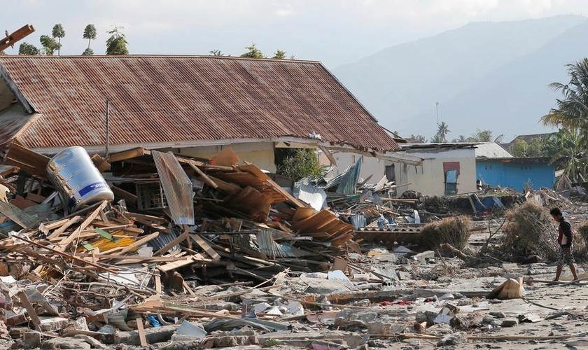 Cerca de 59.000 pessoas podem estar desabrigadas após o terremoto seguido de um tsunami, que atingiu a Indonésia na última sexta-feira. (Foto: Tatan Syuflana/AP)