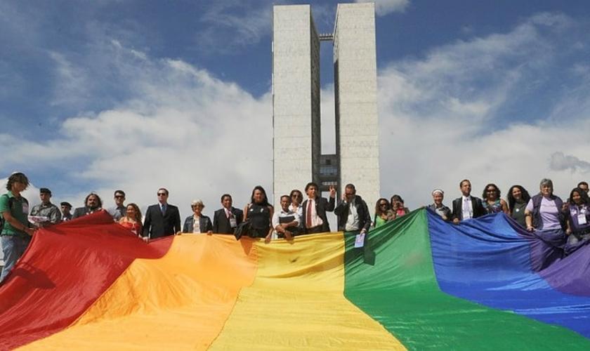 Os candidatos do PT, PSOL e PDT assinaram a Plataforma LGBTI+ Eleições 2018. (Foto: Reprodução)