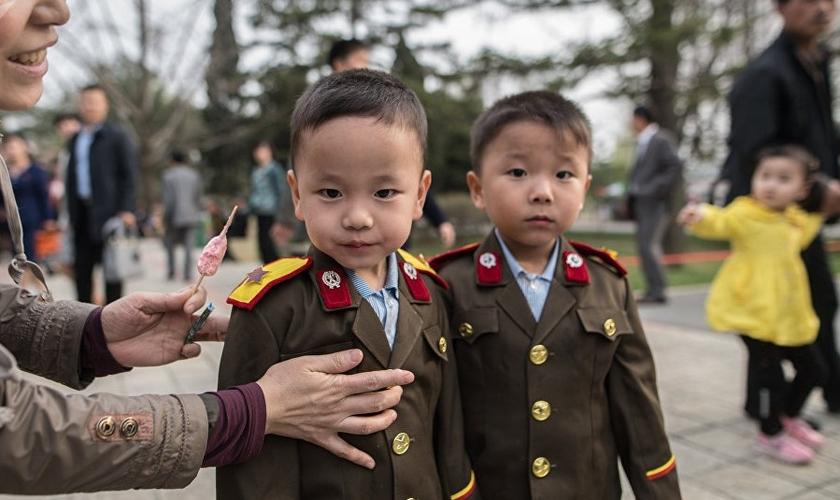 Crianças são doutrinadas pela ditadura da dinastia Kim na Coreia do Norte. (Foto: Sputnik)