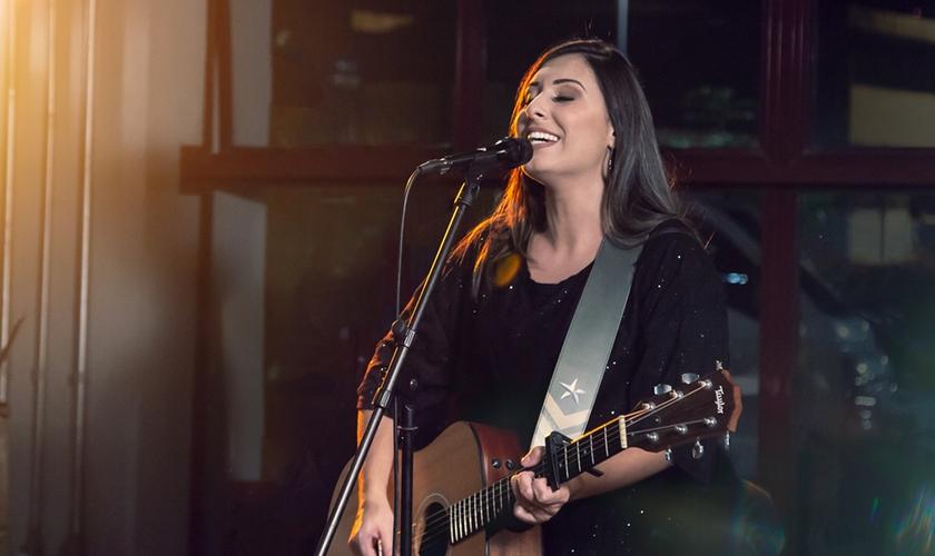 Thaiane Seghetto alcançou popularidade nas redes sociais gravando covers de músicas gospel no YouTube. (Foto: Divulgação).