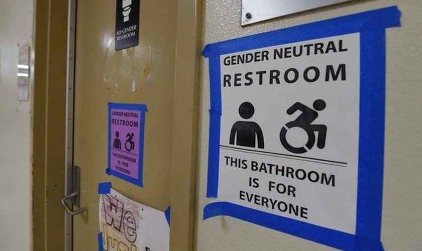 A política de banheiros transgêneros foi aceita em diversas escolas dos EUA. (Foto: New York Times)