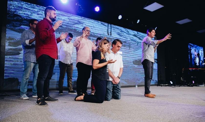 Jair Bolsonaro e sua esposa, Michelle, recebem oração de pastores em igreja. (Foto: Reprodução)
