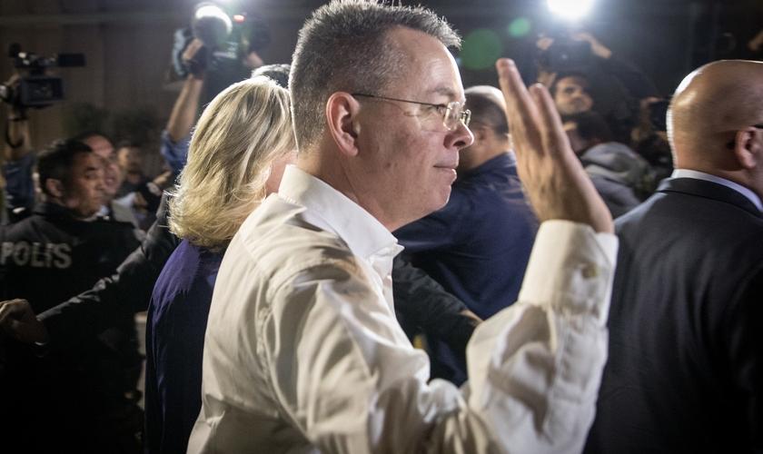Pastor Andrew Brunson no Aeroporto Internacional de Izmir, após ser libertado de prisão na Turquia. (Foto: Chris McGrath/Getty Images)