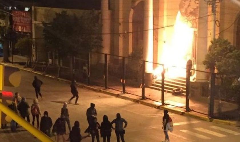 Ataque com coquetel molotov contra prédio da prefeitura de Trelew. (Foto: Imprensa da Polícia de Chubut)