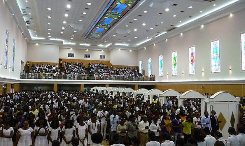 Centenas de pessoas em culto na Catedral de Nosso Senhor Jesus Cristo em Luanda, Angola. (Foto: Estelle Maussion/AFP/Getty Images)