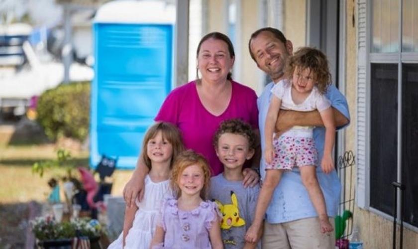 Will, Stephanie e seus quatro filhos sobreviveram a um furacão, após clamarem a Deus durante a catástrofe. (Foto: SAMARITAN'S PURSE)