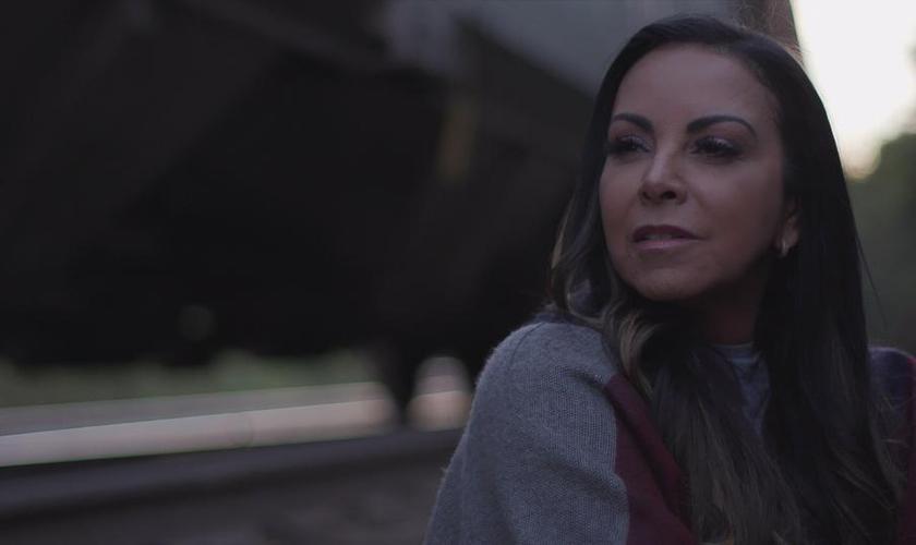 O clipe tem participação da atriz mirim Maria Eduarda Silva (Carinha de Anjo). (Foto: Reprodução).