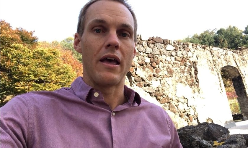 David Platt orou em frente a uma igreja demolida na Coreia do Norte. (Imagem: Vimeo)