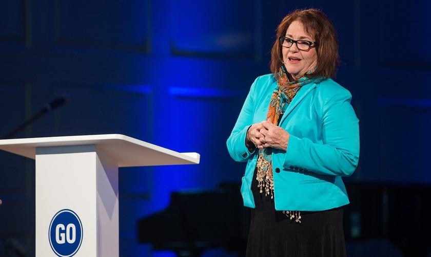 Elyse Fitzpatrick diz que é nos tempos de grandes dificuldades que reconhecemos nossa dependência de Deus. (Foto: Reprodução).