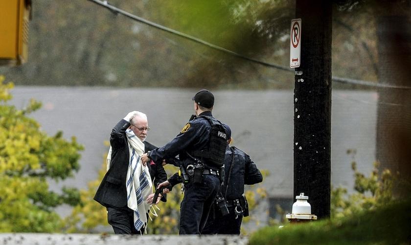 Homem é escoltado para fora da sinagoga Árvore da Vida pela polícia após tiroteio em Pittsburgh. (Foto: Alexandra Wimley/Pittsburgh Post-Gazette via AP)