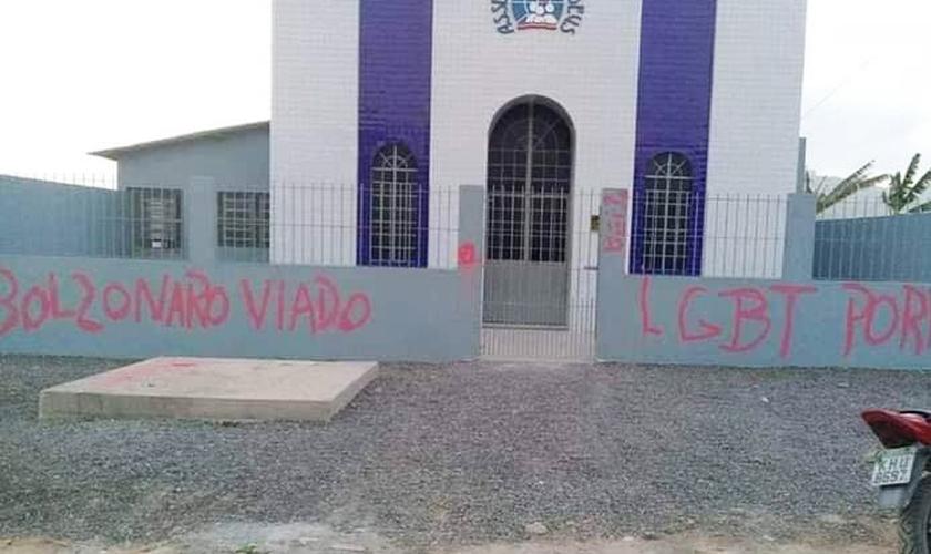 A Assembleia de Deus em Bonança (PE) foi vandalizado com pichações. (Foto: Reprodução/Facebook)