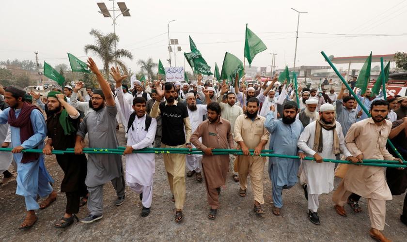 Os defensores do partido político islâmico Tehrik-e-Labaik protestam contra a libertação de Asia Bibi, em Peshawar. (Foto: Reuters/Fayaz Aziz)