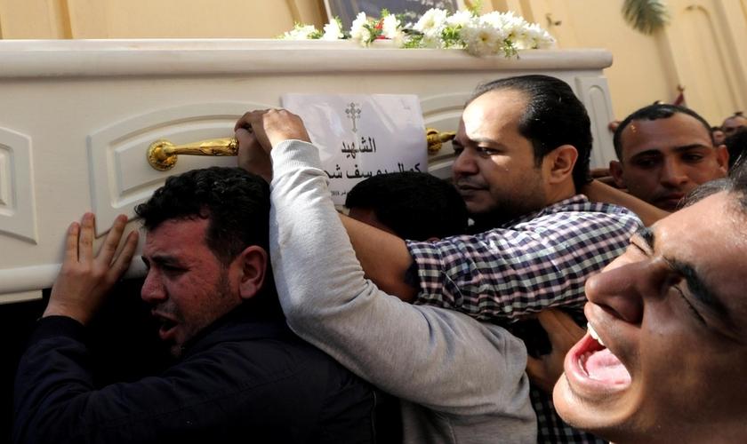 Homens carregam um caixão durante o funeral de cristãos coptas que foram mortos em ataque no Egito. (Foto: Reuters)