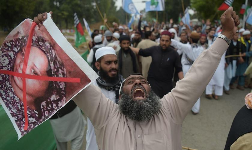 Extremistas islâmicos protestam, exigindo o enforcamento da cristã Asia Bibi. (Foto: WLRN)