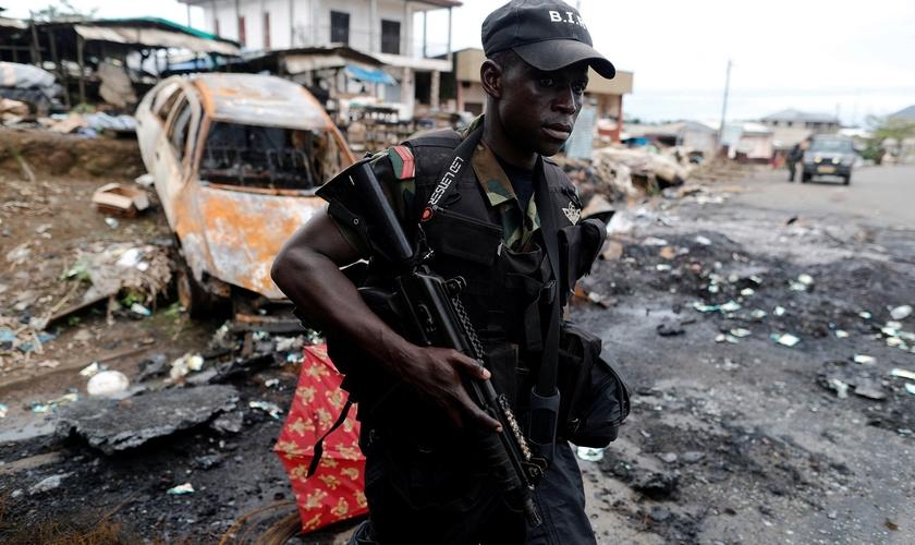 Membro do batalhão de elite durante operação de intervenção em Buea, no sudoeste de Camarões. (Foto: Reuters)