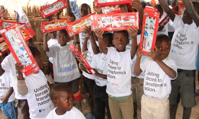 Crianças órfãs na aldeia de Hatone, na província de Chikwawa, ganharam presentes pela primeira vez. (Foto: Guiame/Marcos Corrêa)