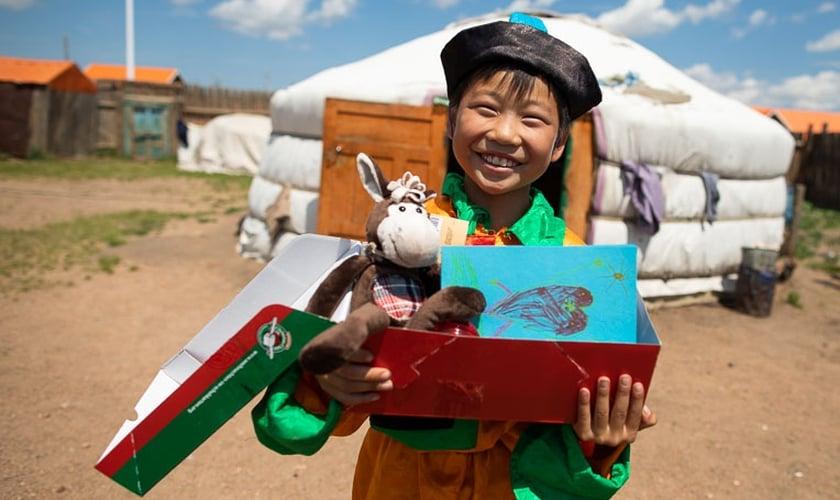 """A chamada """"Operação Criança"""" oferece presentes em caixas de sapato com brinquedos, roupas, material escolar e artigos de higiene. (Foto: Reprodução)"""