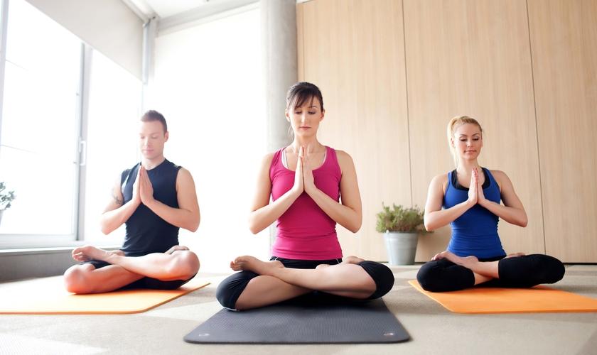 O pastor John Lindell alertou que até mesmo as posições praticadas no ioga são nocivas, pois abrem espaço para espíritos malignos. (Foto: Reprodução)