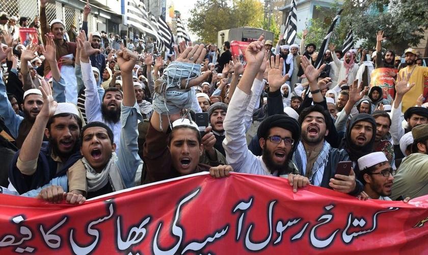 Radicais islâmicos têm exigido o enforcamento da cristã Asia Bibi, mesmo após o tribunal tê-la absolvido da pena de morte. (Foto: Sky News)