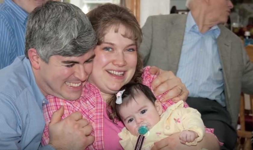 Stephanie perdeu o marido durante uma viagem missionária em Camarões, na África. (Foto: Reprodução)