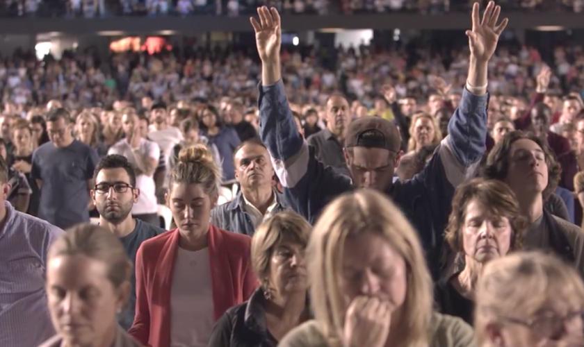 Milhares de cristãos se reuniram no final do evangelismo em um estádio para orar a Deus, na Austrália. (Foto: Reprodução).
