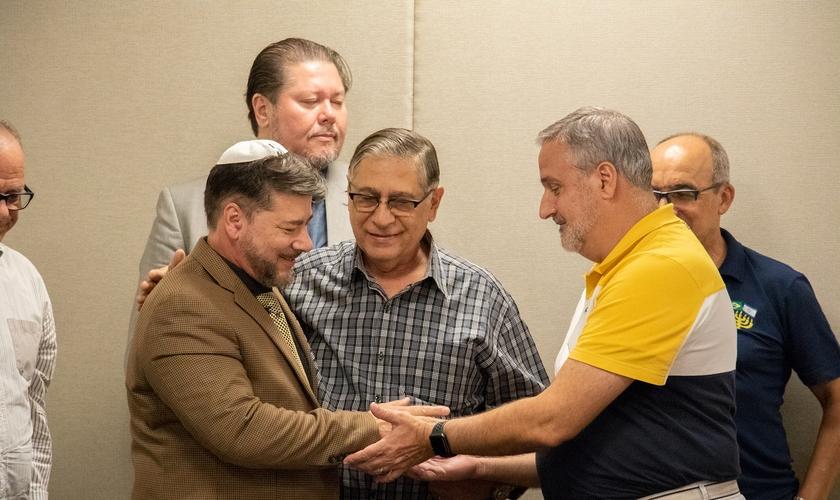 Apóstolo Joel Engel (à esquerda) foi recebido pelo Conselho Apostólico Brasileiro. (Foto: Guiame/Marcos Paulo Corrêa)