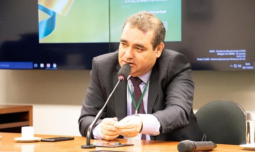 Rosenildo Figueiredo, assessor da suplência da Mesa Diretora da Câmara dos Deputados, falando a líderes evangélicos. (Foto: Guiame/Marcos Paulo Corrêa)