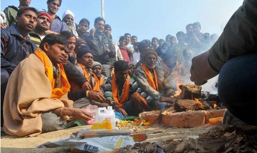 """A cerimônia conhecida como """"Ghar Wapsi"""" marca a volta de pessoas que haviam deixado o hinduísmo à sua fé antiga. Porém há relatos de que cristãos têm sido forçados a se submeterem a estes rituais. (Foto: Indian Express)"""