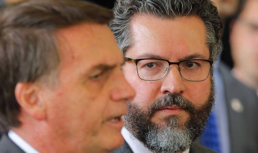O presidente eleito, Jair Bolsonaro, ao lado do futuro ministro das Relações Exteriores, Nelson Ernesto Araújo. (Foto: AFP/Sergio Lima)
