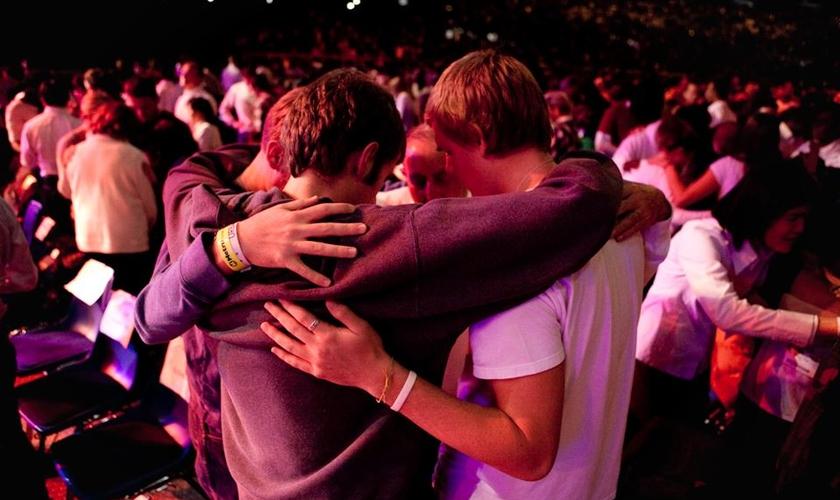 Jovens abraçados em momento de oração. A InterVarsity quer alcançar estudantes universitários. (Foto: InterVarsity USA)